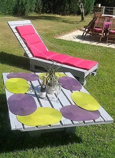 Along with that tremendous wood pallet made table, a matching wooden pallet sun lounger is also created. Because since you are living in a region where the sunshine happens to be a blessing and people really love to enjoy the moments to the fullest. The sun loungers are a great commodity in this regard.