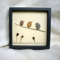 """Petit tableau """"oiseaux"""" composé de galets, d'herbes sèches et d'un tracé à main levée."""