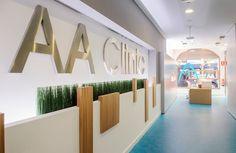 AA Clinic / equipoeme estudio #mostrador #madera #diseño #clinica #estética  #iluminación #microcemento
