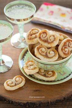 I ventaglietti salati di pasta sfoglia sono il finger foodperfetto per l'aperitivo dei giorni di festa e non solo, lo stuzzichino facile e veloce da fare per quando si hanno ospiti. Potete comodamente preparare il rotolo di sfoglia in anticipo e congelarlo, all'occorrenza lotogliete dal