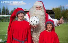 Santa Claus Papá Noel y los elfos encanta jugar fútbol en verano en Rovaniemi en Laponia