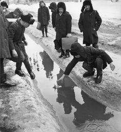 Дети пускают кораблики, 1970 год. Фотограф Вадим Опалин.