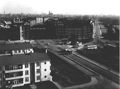 Een gedeelte van de Vlaardingerdijk gezien vanaf de Wilhelminaflat in de richting van de Burgemeester Knappertlaan. Rechts de Julianalaan. Op de voorgrond een gedeelte van een woonblok aan de Slachthuislaan.