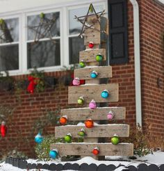 Make a DIY Pallet Tree | Click Pic for 20 DIY Christmas Outdoor Decorations | DIY Front Porch Christmas Decorations on a Budget