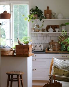 my scandinavian home: Old Meets New In a Charming Swedish Country Home Interior Design Kitchen, Kitchen Decor, Kitchen Plants, Interior Livingroom, Charming House, Swedish House, Swedish Kitchen, Scandinavian Home, Swedish Home Decor