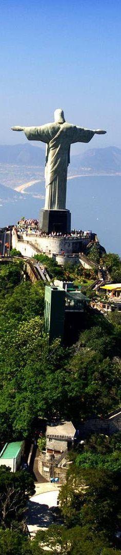 Cristo - No morro do Corcovado - RJ Brasil Tem 40 metros de altura, sem contar os 8 metros do pedestal, e seus braços se esticam por 28 metros de largura. A estátua pesa 635 toneladas.