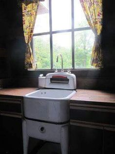 Old washing machine turned into sink. I would love a sink in the laundry room. Old Kitchen, Kitchen Sink, Vintage Kitchen, Kitchen Ideas, Rustic Kitchen, Rustic Decor, Farmhouse Decor, Rustic Table, Primitive Laundry Rooms