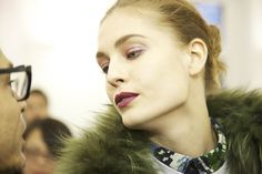En backstage du défilé Anthony Vaccarello automne-hiver 2013-2014 http://www.vogue.fr/beaute/en-coulisses/diaporama/backstage-defile-anthony-vaccarello-paris-automne-hiver-2013-2014-estee-lauder-tom-pecheux/12021/image/717402#8