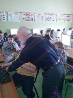 Niedawno, podczas zajęć komputerowych mieliśmy miłego gościa, który przeprowadził dla nas lekcje. Był nim dziadek naszego kolegi z klasy Mateusza. Zaprosiła go nasza Pani, aby wprowadził nas w umiejętność pracy z programem Excel.