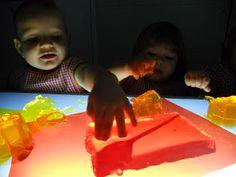 Experimentant amb gelatina sobre la taula de llum.