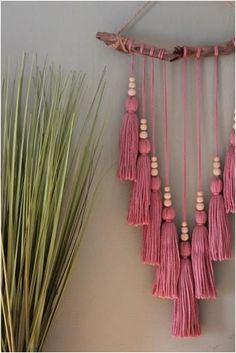Rosa Quaste Wandbehang Hand Made , Pink Tassel Wall Hanging Rosa Quaste Wandbehang diy - Macramé. Diy Tassel, Tassels, Tassle Garland, Rose Pompon, Macrame Wall Hanging Diy, Macrame Wall Hangings, Wall Hanging Crafts, Macrame Mirror, Hanging Beads