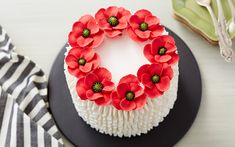 Learn how to make royal icing flowers with our tips and tricks to make it a piece of cake, no pun intended. Explore more at Wilton! Cake Decorating Techniques, Cake Decorating Tips, Cookie Decorating, Frosting Flowers, Royal Icing Flowers, Sugar Eggs For Easter, Poppy Cake, Chocolate Bowls, Book Cakes