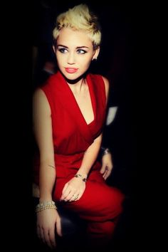 Red dress on Miley. Love.