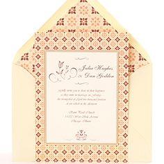 Invitación de boda clásica y elegante color crema con motivos geométricos en nude y burdeos.