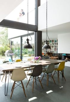 Auf einem Hanggrundstück schuf die Architektin Anna Philipp das Traumhaus einer jungen Familie: eine moderne Flachdachvilla mit formalen Bezügen zum Bauhaus. ähnliche tolle Projekte und Ideen wie im Bild vorgestellt werdenb findest du auch in unserem Magazin . Wir freuen uns auf deinen Besuch. Liebe Grüße Mimi