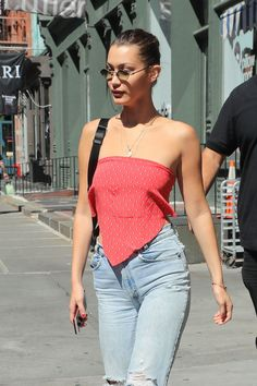 shirt Bella Hadid Is Bringing Back Beyoncé's Favorite Noughties Scarf Top 2000s Trends, 2000s Fashion Trends, Early 2000s Fashion, Scarf Top, Scarf Shirt, 00s Mode, Style Bella Hadid, Fall Inspiration, Helen Owen