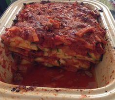 Purée de tomates (2 boîtes) 1 oignon  2 échalotes  250 g de bœuf haché 1 patate douce 2 courgettes  Parmesan Herbes de Provence