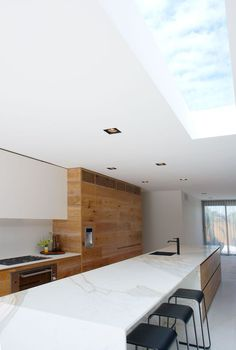 This beautiful wooden kitchen by interior designers and architects Robson Rak is a perfect example of the modern rustic trend that I so love. Kitchen Benches, Wooden Kitchen, Kitchen Island Bench, Long Kitchen, Kitchen Black, Cuisines Design, Küchen Design, Modern Kitchen Design, Kitchen Interior