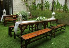 Rdekorasi rangkaian bunga dan meja di area taman