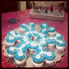 Easy to make FROZEN Cupcake birthday cake! Perfect for a frozen party. Disney Frozen Birthday, Frozen Birthday Party, 4th Birthday Parties, 3rd Birthday, Birthday Ideas, Turtle Birthday, Turtle Party, Carnival Birthday, Pull Apart Cake