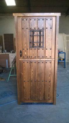 Puerta clavos ventanillo y reja barniz al natural for Puertas rusticas exterior