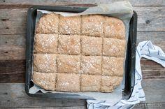 Langpannebrød er supert å ha i matpakken, og krev lite innsats. Du trykker brøddeiga utover i ei langpanne, ruter opp og steiker. Så er det berre å bryte opp til rundstykker og fylle med dine favor. Norwegian Food, Norwegian Recipes, Pancakes And Waffles, Bread Rolls, Food And Drink, Lunch, Cheese, Dining, Rugs