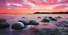 Moeraki Boulders on the Koekohe beach, Eastern coast of New Zealand. Sunset and long exposure New Zealand Beach, New Zealand South Island, New Zealand Travel, Krabi, Cool Places To Visit, Places To Go, Moeraki Boulders, Boulder Beach, New Zealand Landscape