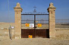 Gespenstisch aussehende Ruinen und Reste von Klostermauern in einem militärischen Sperrgebiet am Jorda, Israel