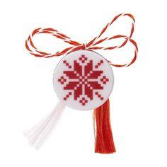 Broșă mărțișor pin Floare roșie pe fundal alb Baba Marta, 8 Martie, Diy And Crafts, Christmas Ornaments, Holiday Decor, Home Decor, Fimo, Xmas Ornaments, Decoration Home
