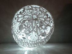 Neanomat: Virkattu valopallo crochet christmas lace ball with lights --- uses the balloon and starch/elmers glue method to shape Christmas Baubles, Christmas Snowman, Christmas Crafts, Crochet Christmas, Xmas, Crochet Motif, Diy Crochet, Elmer's Glue, The Balloon
