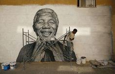 RAFAEL MARCHANTE, Portugal Nelson Tavares, originario de Cabo Verde, trabaja en un graffiti de Nelson Mandela que pintó durante las fiestas de su barrio en Lisboa 20 de junio 2013.