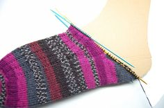 Anleitung: Toe Up Socken stricken Classically, socks are knitted from the cuff, over the heel to the top; The special thing about knitting Toe Up socks is that they start from the top. I have always classed socks … Crochet Socks, Knitting Socks, Knitted Hats, Knit Crochet, Knit Socks, Baby Knitting Patterns, Crochet Patterns, Universal Yarn, Patterned Socks