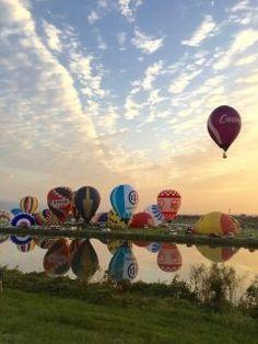 佐賀市嘉瀬川河川敷で開催中のバルーンフェスタに行って来ました 実は今まで行ったことがなく初めてでしたが今日はお天気にも恵まれ暖かく日の出も拝めバルーンが飛び立っていく様子をゆっくり眺めることができ最高でした 今度は気球に乗りたいな()  tags[佐賀県]
