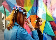 Las #flores #naturales en la cabeza se han convertido en uno de los complementos y #tendencias de #moda más fuertes de esta temporada, #coronas y #diademas que harán las delicias de las más fashion.