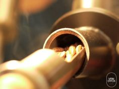 Tradionsröstung. Traditionelle Röstung wird im Van Dyck groß geschrieben. Denn sie ermöglicht einen aromatisch, bekömmlichen Kaffee.
