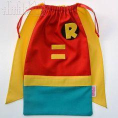 CRIAÇÃO POR AMARÍLIS ATELIER! <br> <br>Sacola em Tecido (Tricoline) para Lembrancinhas de Aniversário com o modelo Robin! <br>Tema Batman <br> <br>Fechamento Prático! <br> <br>Blusa Vermelha <br>Calça Verde água <br>Cinto Amarelo <br>Capa Amarela com Pontas <br>Aplicações em Feltro <br>Fitilho de Cetim Vermelho <br> <br>PEDIDO MÍNIMO: 12 unidades <br>DIMENSÕES: 25 cm x 14 cm