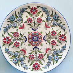 Nazlı Pınar Yerin- Lalenaz Çini Glazes For Pottery, Ceramic Pottery, Pottery Art, Turkish Design, Turkish Art, Turkish Pattern, Mosaic Flower Pots, Plate Wall Decor, Plate Design