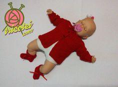 Conjunto casaquinho e sapatinho vermelho de tricô feito à mão.  Para ver mais detalhes e comprar o produto visite o site tricotei.com