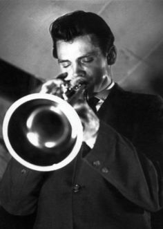 Chet Baker emboided like no other jazz musician a romantic coolness whose mystique involved an alluring strain of danger. Jazz Artists, Jazz Musicians, Music Artists, Music Film, Music Icon, Film Dance, Art Music, Chet Baker, Classic Jazz