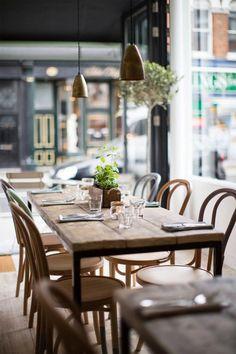 mesa-madera-rústica-sillas-estilo-thonet-colores