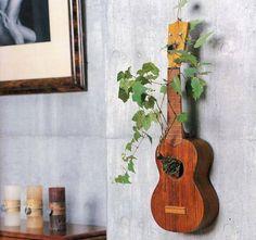 Weet je echt niet meer, wat je met je oude gitaar moet doen ? Hang hem aan de muur als planten bak