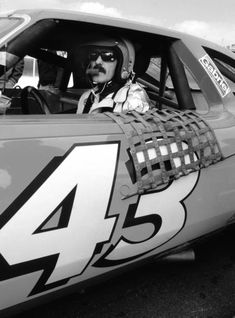 NASCAR champion Richard Petty sits behind the wheel of his No. 43 race car prior to the start of the 1980 Daytona 500 stock car race at Daytona International Speedway in Daytona Beach, Florida. Richard Petty, King Richard, Daytona 500, Daytona Beach, Nascar Champions, Daytona International Speedway, Motorcycle Types, Vintage Racing, Diesel Engine