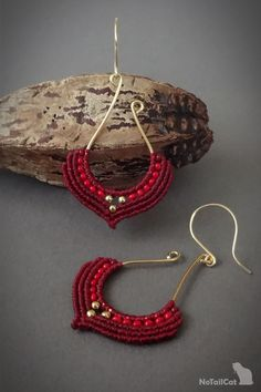 Handwoven macrame earrings, silver gold plated beads, gold plated wire The thin mm linhasita thread gives a very fine look to the earrings. Color of thread: burgundy red.Classic - Lady in red! Textile Jewelry, Macrame Jewelry, Macrame Bracelets, Jewellery, Macrame Earrings Tutorial, Bead Earrings, Crochet Earrings, Macrame Patterns, Jewelry Patterns