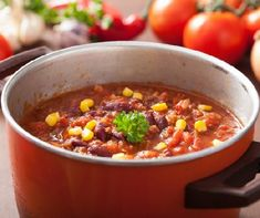 mexican chili con carne in red rustic pot with ingredients Bean Casserole, Casserole Dishes, Easy Turkey Chili, Venison Chili, Chili Sin Carne, Bean Stew, Bean Chili, Chili Recipes, Crockpot Recipes