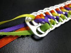 El mes pasado la tía de mi vecina M. me enseñó como hacía estas pulseras... y tb. cinturones... me quedé alucinada...  Resulta que en mis v...