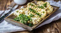 Cavolfiore alla griglia con salsa chimichurri - Vegolosi.it Chimichurri, Salsa, Fett, Broccoli, Chicken, Vegetables, Camper, Mini, Vegetarian