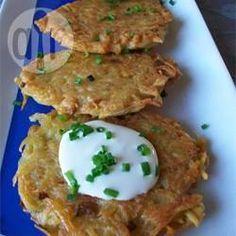 Kartoffel Latkes -  Mit diesen klassischen Kartoffel Latkes kann man nichts falsch machen. Sie werden zu Hannukah (Chanukkah) mit Apfelmus, saurer Sahne und gehackten Frühlingszwiebeln serviert. @ de.allrecipes.com