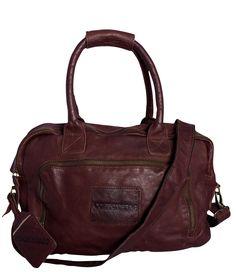 Deze unisex stoere bag Portland is voorzien van heel veel vakken en een extra schouderband. De tas heeft een groot voorvak en twee grote vakken met rits. Aan de binnenkant vind je nog 2 ritsvakken en 4 vakken afgewerkt met leer.