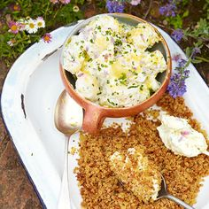 Warme aardappelsalade en spek-pangrattato