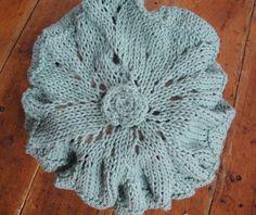 Boina tejida en hilado de algodón y con dos agujas.